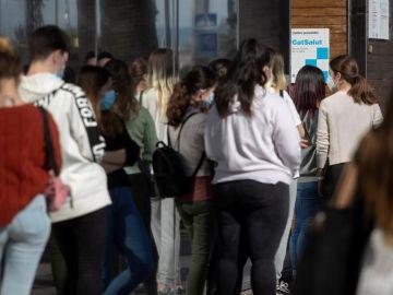 Alumnos de un instituto hacen cola para hacerse la PCR en Cataluña