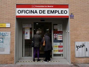 Dos personas entran en una oficina de empleo