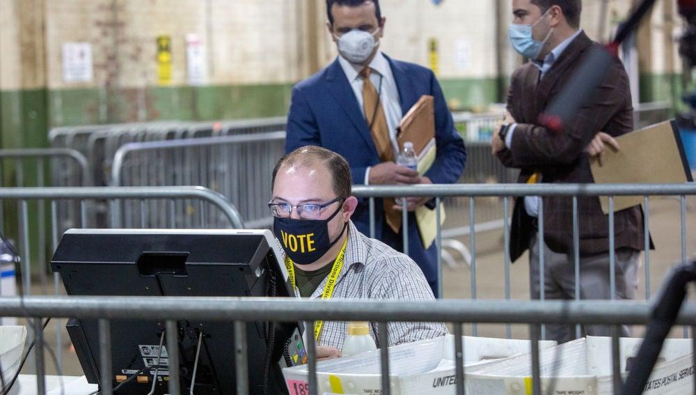 Un trabajador encargado del recuento de votos en el condado de Allegheny (Pensilvania)