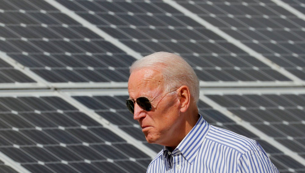 Joe Biden pasa por delante de paneles solares