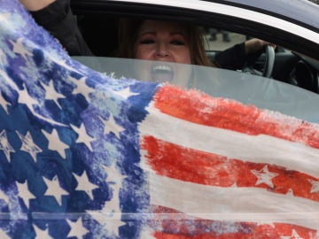 Una seguidora de Trump enarbola la bandera estadounidense desde el coche en Oregon