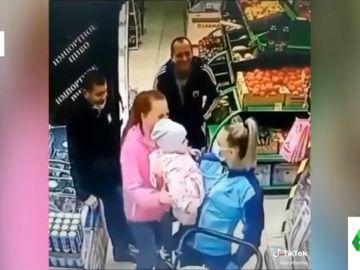 El despiste viral de una madre en el supermercado: se lleva a otra niña que va vestida igual que su hija