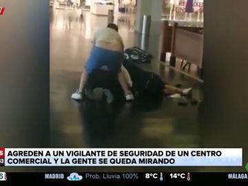 La brutal paliza de dos delincuentes a un vigilante de seguridad en un centro comercial de Badalona