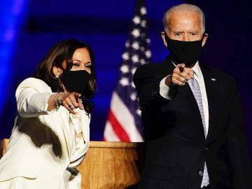 Joe Biden junto a Kamala Harris durante su discurso en Wilmington