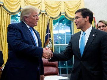 Donald Trump junto a Mark Esper