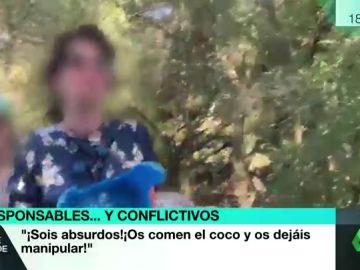 """Agreden a un reportero de laSexta durante una reunión de negacioncitas en Sevilla: """"¿No habéis visto que tiene pluma?"""""""