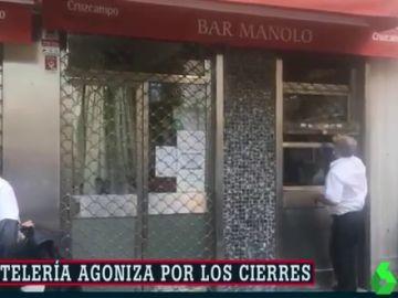 Trabajadores del Bar Manolo cerrando el negocio para siempre