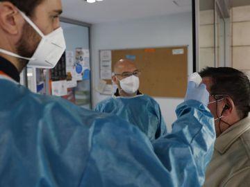 Sanitarios del SERMAS toman la temperatura a la entrada de un centro de mayores