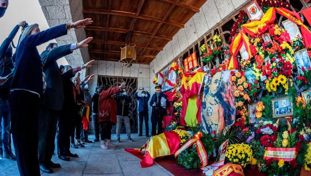 Simpatizantes y nostálgicos del franquismo visitan la tumba del dictador Francisco Franco en el cementerio de Mingorrubio, este viernes en Madrid