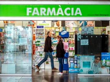 Imagen de personas acercándose a una farmacia de Barcelona