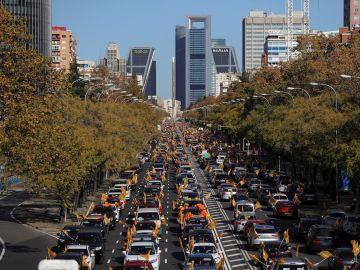 Vista general de la manifestación con vehículos que recorre el Paseo de la Castellana