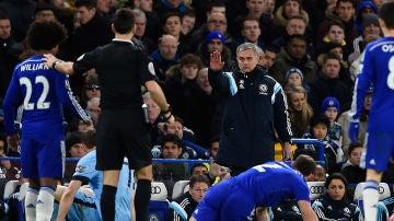 José Mourinho y Mark Clattenburg durante un Chelsea-City