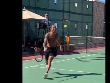 Lewis Hamilon jugando al tenis con su padre