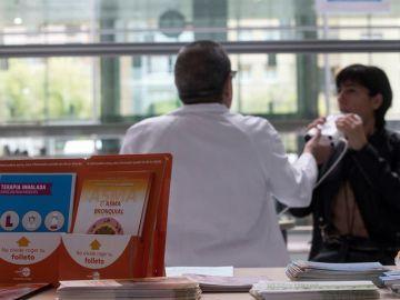 Una persona se realiza pruebas especiales para diagnosticar el asma en el Hospital de Sant Pau de Barcelona.