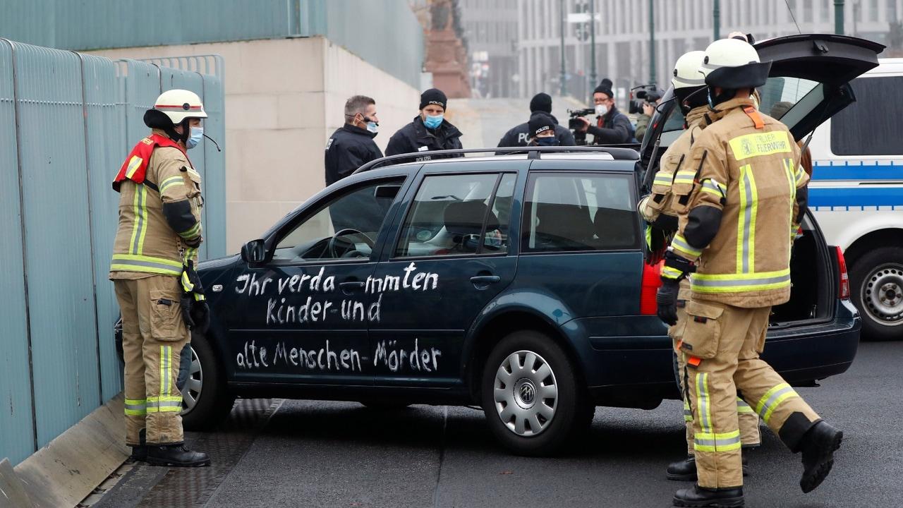 El coche estrellado con pintadas contra la globalización