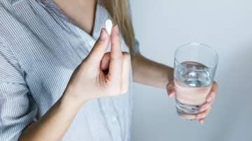Una persona toma un medicamento