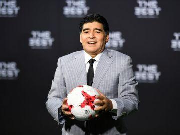 Maradona posa sonriente en un acto de la FIFA.