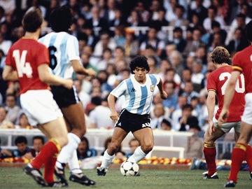 Diego Maradona asume la defensa belga durante el partido de la Copa Mundial de la FIFA 1982 entre Argentina y Bélgica en el estadio Camp Nou el 13 de junio de 1982 en Barcelona, España