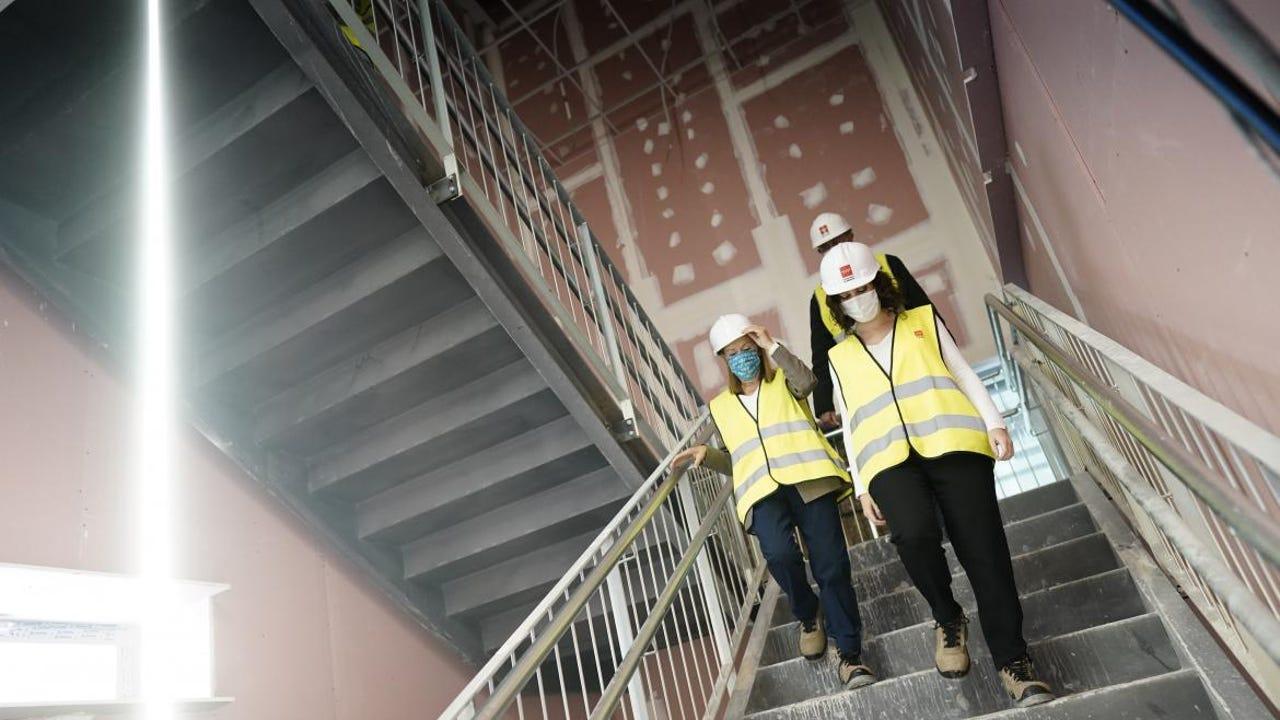 Isabel Díaz Ayuso, durante una visita a las obras del nuevo hospital de pandemias