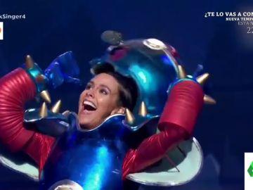La espectacular actuación de Cristina Pedroche disfrazada de robot cantando 'Superstar': así se descubrió su identidad