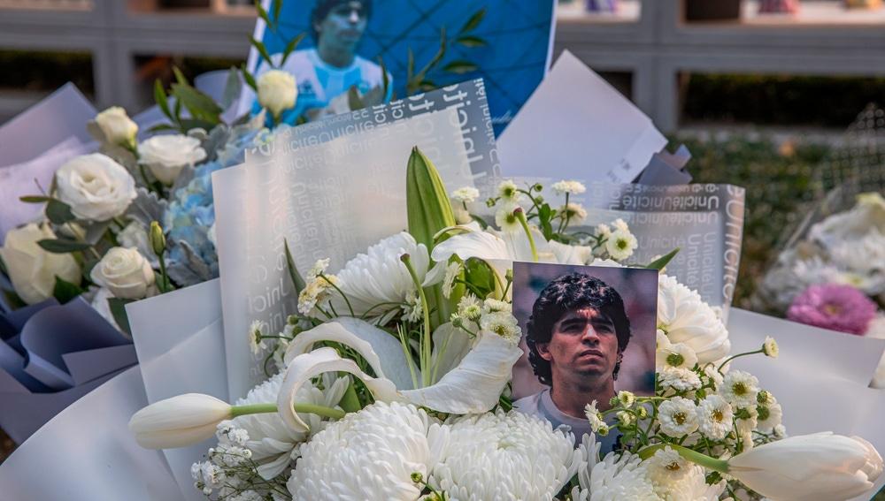 Flores en recuerdo de Diego Armando Maradona