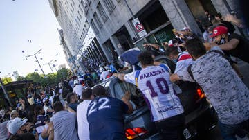 Aficionados de Maradona, alrededor del coche fúnebre