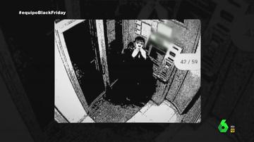 El ciberdelincuente 'Lupín' lanzando besos desde un cajero