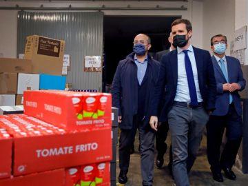 Pablo Casado visita un banco de alimentos en Reus (Tarragona)