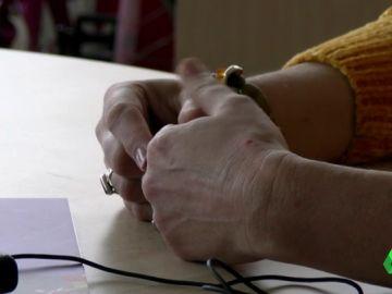 Imagen de las manos de una víctima de violencia machista