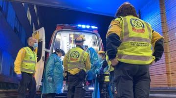Sanitarios atendiendo al hombre herido de gravedad por arma blanca en Carabanchel