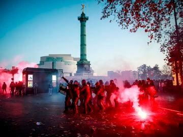 Agentes antidisturbios se enfrentan a manifestantes en París