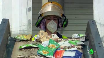 No, la basura reciclada no 'se mezcla toda': así es el proceso en una planta de reciclaje