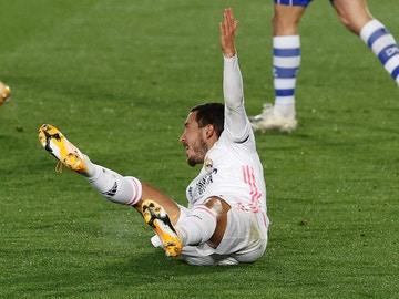 Eden Hazard cae al suelo