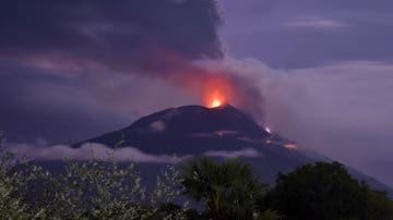 El volcán Ile Lewotolok, en erupción