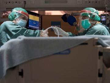 Dos profesionales sanitarios trabajan en la UCI del Hospital Vall d'Hebron de Barcelona