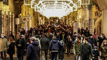 Compras de Navidad en una calle comercial