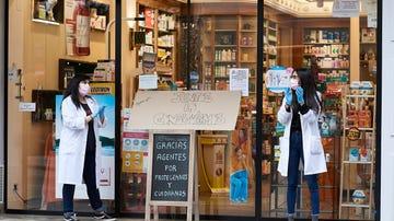 Dos trabajadoras en una farmacia participan en el aplauso de agradecimiento a los sanitarios durante el mes de abril.