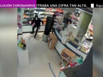 Cuatro encapuchados atracan una farmacia en Barcelona y agreden con un palo a la empleada