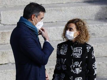 El presidente del Gobierno, Pedro Sánchez, conversa con la presidenta del Congreso, Meritxell Batet.