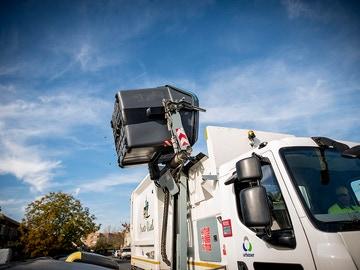 Un camión vacía uno de los contenedores de reciclaje