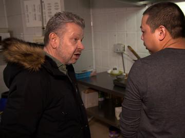 """El asombro de Chicote al conocer la """"sencilla"""" razón por la que un local de comida china a domicilio tiene un barreño de arroz en el suelo"""