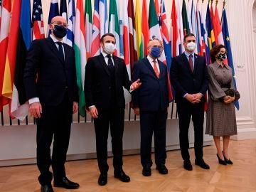 El presidente del Gobierno, Pedro Sánchez (2d) posa con el con el secretario general de la OCDE, Ángel Gurría (c), el presidente francés, Emmanuel Macron (2i) y el presidente del Consejo Europeo, Charles Michel (i) entre otros asistentes, durante el sesenta aniversario de dicho organismo, el 14 de diciembre en París