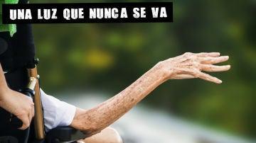 Imagen de archivo de la mano de una persona mayor