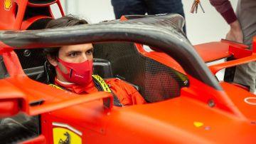 Carlos Sainz, subido en el Ferrari