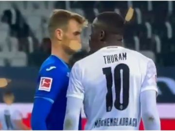Thuram escupe a un rival
