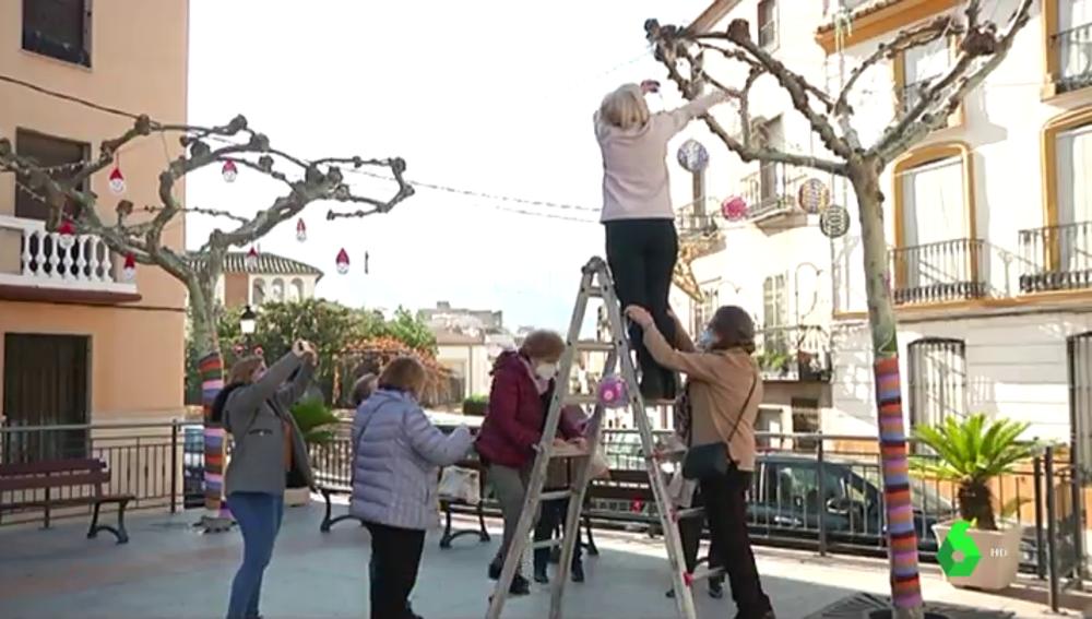 Mujeres adornando un pueblo de Jaén con figuras de ganchillo