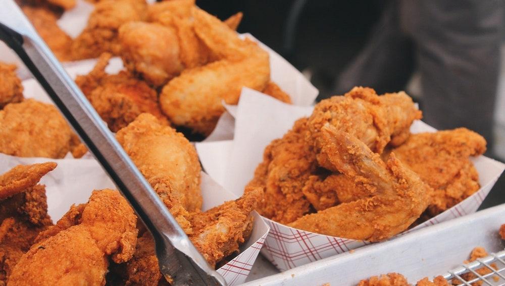 Imagen de archivo de platos de pollo frito.