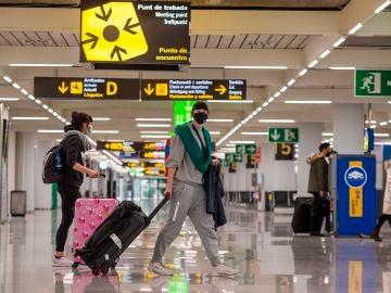 Viajeros caminan por la terminal de llegadas del aeropuerto de Palma