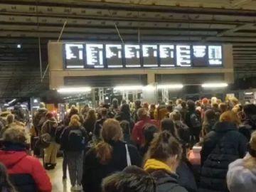 Imagen de aglomeraciones en una estación de tren de Londres