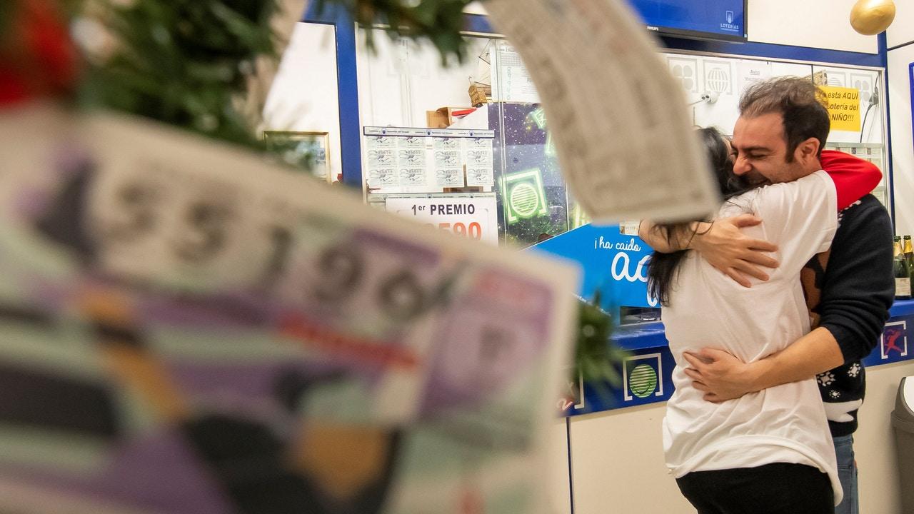 José María Nogales, el lotero que vendió una serie del 26.590 agraciado con el Gordo de 2019, lo celebra con su mujer